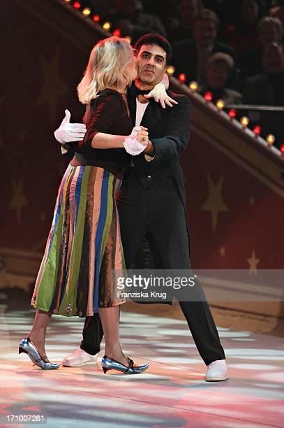 Schauspielerin Jutta Speidel Bei Robotertanz Mit Mime Daniel Bei Stars In Der Manege Im Circus Krone In München Am 021206