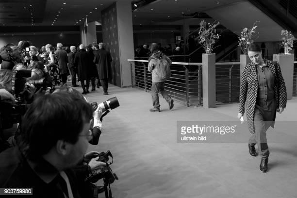 Schauspielerin Katharina Thalbach und Pressefotografen anlässlich der Eröffnung der 67 Berlinale mit dem Film DJANGO