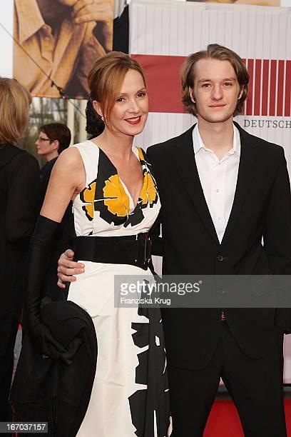 Schauspielerin Katja Flint Mit Sohn Oskar Bei Der Ankunft Zum Deutschen Filmpreis 2008Lola Im Palais Am Funkturm In Berlin