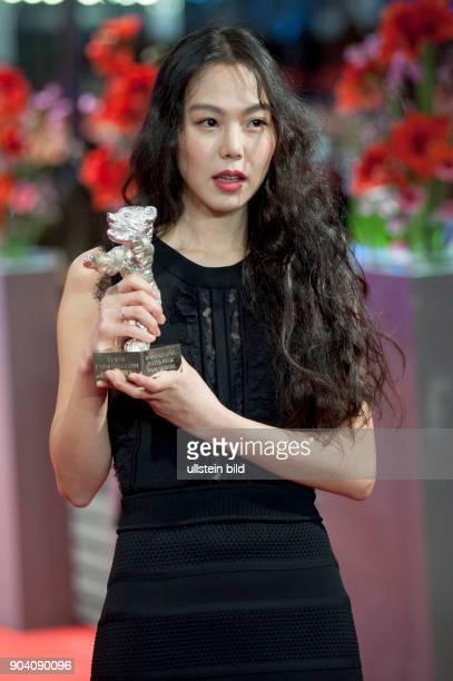 Schauspielerin Kim Minhee mit dem Silbernen Bären als Beste Darstellerin in dem Film ON THE BEACH AT NIGHT ALONE anlässlich der Preisverleihung der...