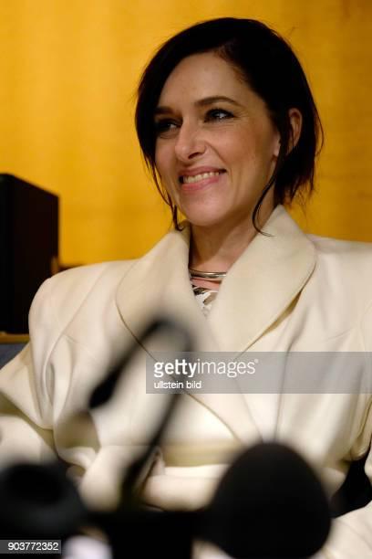 Schauspielerin Kim Riedle zu während eines Interviews im RadioEinsBus anlässlich der 67 Berlinale