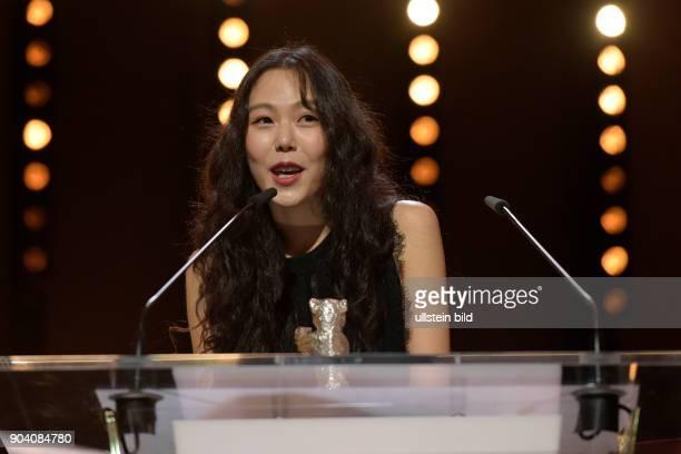 Schauspielerin Kin Minhee mit dem Silbernen Bären als Beste Darstellerin in dem Film ON THE BEACH AT NIGHT ALONE während der Preisverleihung...