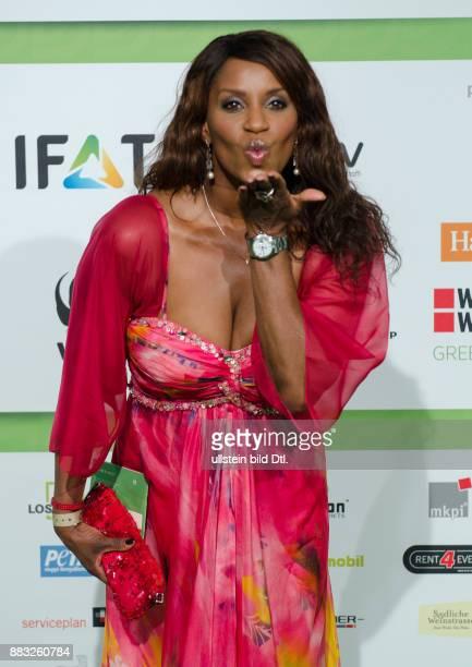 Schauspielerin Liz Baffoe erschien in einem farbenfrohen Kleid und genoss den Abend der GreenTec Awards 2015 im Velodrom berlin am