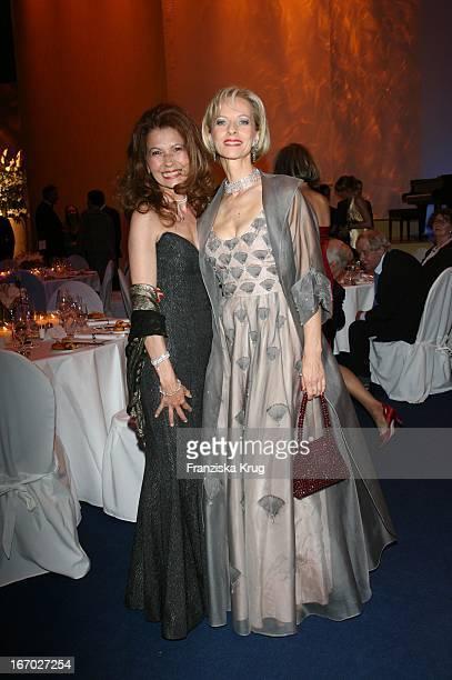 Schauspielerin Mareike Carriere Und Conny Modauer Bei Der Verleihung Der Goldenen Feder In Den Hamburger Deichtorhallen Am 100507