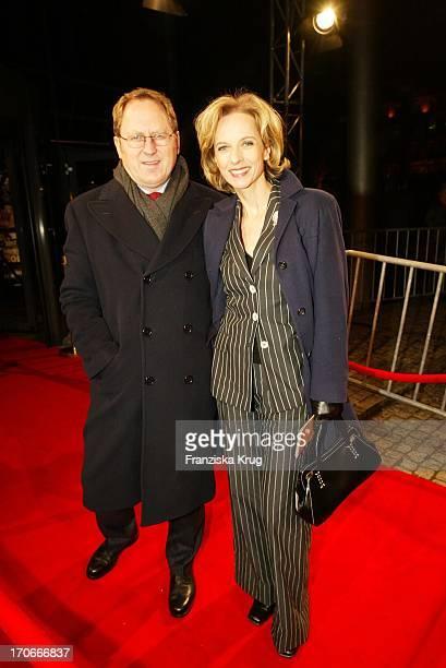 Schauspielerin Mareike Carriere Und Ehemann Gerd Klement Bei Der Premiere Asterix Obelix Mission Kleopatra In Hamburg Am 010302