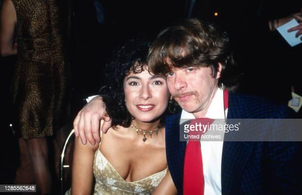 Schauspielerin Maria Ketikidou und Helge Schneider beim UFA Filmball in Neuss, Deutschland 1998.