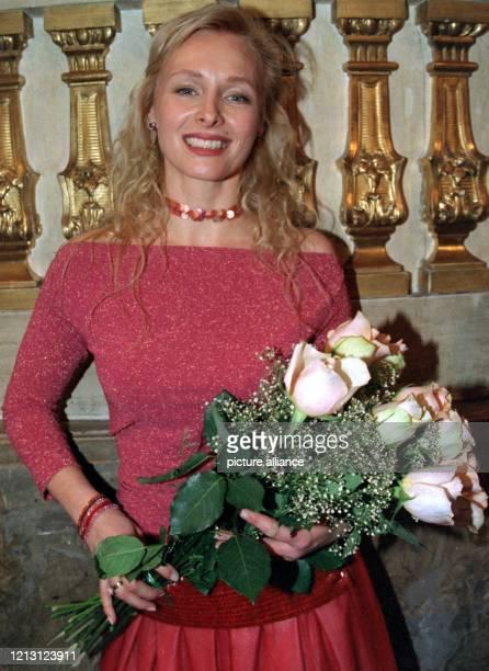 Schauspielerin Marita Marschall hält strahlend den Strauß Rosen, den sie bei der Verleihung der Bayerischen Filmpreise am 14.1.1999 in München...