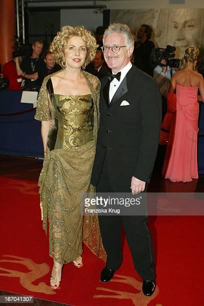 Schauspielerin Michaela May Mit Ehemann Dr Jack Schiffer Bei Ankunft Zu Der 54 Verleihung Des Medienpreises Bambi