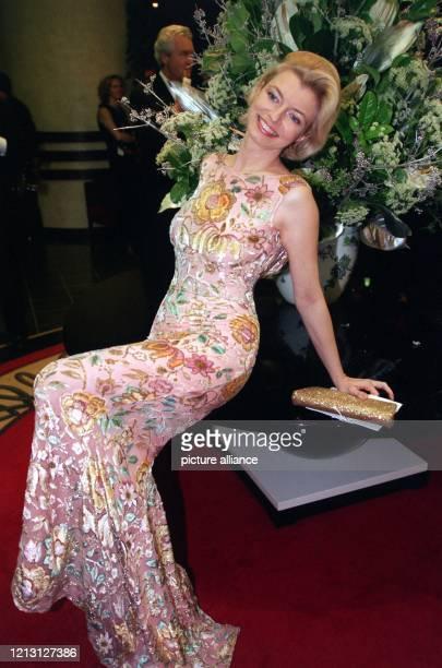 Schauspielerin Michaela Merten posiert in einem blumigen Abendkleid auf der UnescoGala am in Neuss Der festliche Ball stand in diesem Jahr unter der...