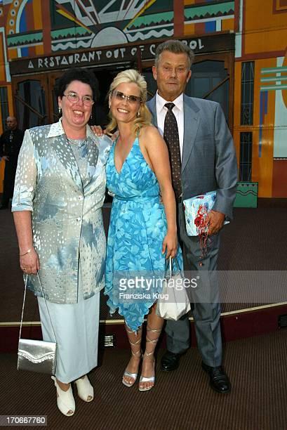 Schauspielerin Michaela Schaffrath Alias Gina Wild Mit Ihren Eltern Franz Monika Bei Der Pomp Duck And Circumstance Premiere Out Of Control Am...