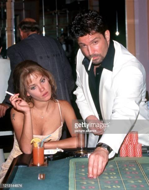 Schauspielerin Muriel Baumeister sitzt am 1951999 in einer Szene zum TVFilm Barcelona mi amor neben Francis Fulton Smith im Casino in Palma auf...
