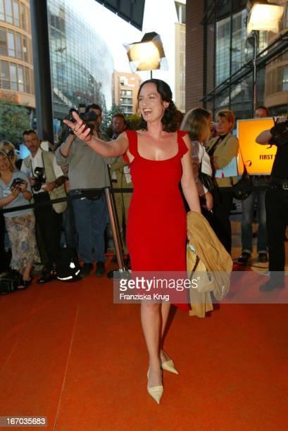 Schauspielerin Natalia Wörner Mit Schweissrändern Am Kleid Bei Der Verleihung Der 4 First Steps Award 2003 Im Theater Am Potsdamer Platz