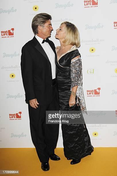 Schauspielerin Olivia Newton John Und Ehemann John Easterling Beim Dkms Life Dreamball 2010 Im Hotel Grand Hyatt In Berlin