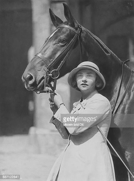 Schauspielerin Porträt im Reitdress mit Pferd veröff Dame 14/1924 Foto Atelier Binder
