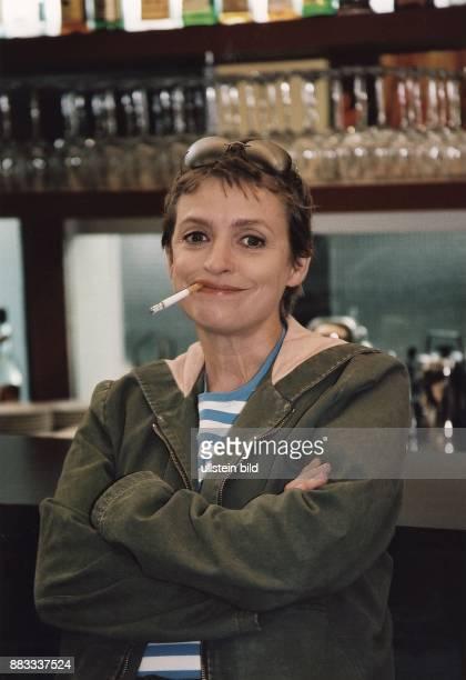 Schauspielerin Regisseurin D Porträt mit Zigarette im Mund Juli 2003