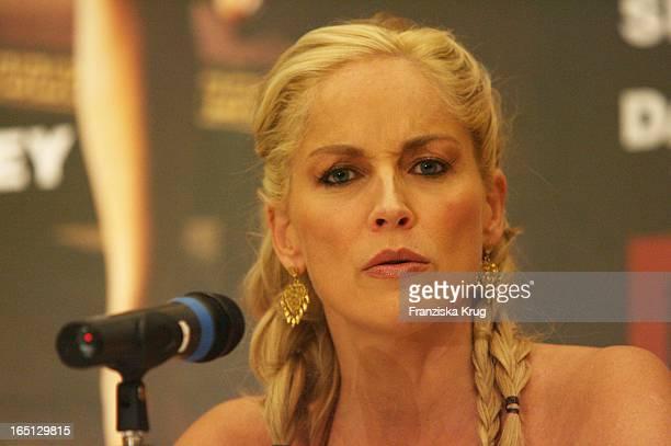 Schauspielerin Sharon Stone Bei Der Pressekonferenz Zum Kinofilm Basic Instinct Neues Spiel Für Catherine Tramell In Berlin