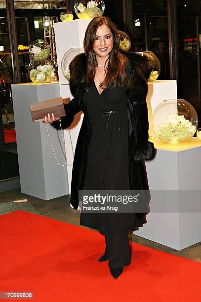 Schauspielerin Simone Thomalla Bei Der 12 Festlichen Operngala Zugunsten Der Aids Stiftung In Der Deutschen Oper In Berlin Am 051105