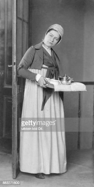 Schauspielerin Sängerin Österreich Ehename Ernestine Hollitzer bekannt als Tini oder Tiny Senders Portrait der Hofburgschauspielerin als Magd in...