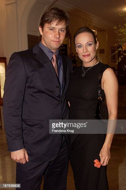 Schauspielerin Sonja Kirchberger Und Ihr Freund Und Manager Klaus Eggenfellner Bei Der Verleihung Des Gala Spa Award 2001 In Baden Baden Am 170301