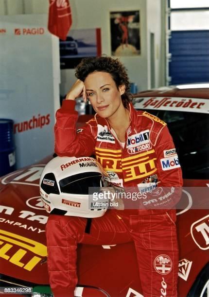Schauspielerin Österreich in der Rolle einer Rennfahrerin für die Fernsehserie 'Benzin im Blut'