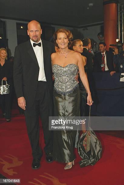 Schauspielerin Suzanne Von Borsody Mit Freund Jens Schniedenharn Bei Ankunft Zu Der 54 Verleihung Des Medienpreises Bambi