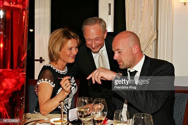 """(Schauspielerin Suzanne Von Borsody Mit Freund Jens Schniedenharn Und Lutz Bethge Bei Der Verleihung Des """"Couple Of The Year 2005"""" Im Hotel Louis C...."""