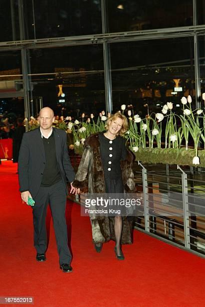 """Schauspielerin Suzanne Von Borsody Und Freund Jens Schniedenharn Bei Der Premiere Zum Film """"The Missing"""" Im Berlinalepalast Am 070204"""