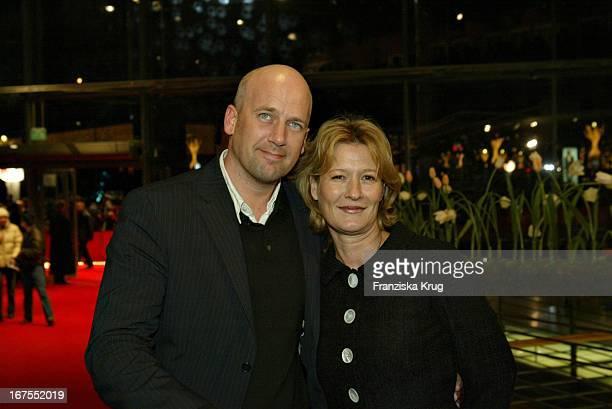 Schauspielerin Suzanne Von Borsody Und Freund Jens Schniedenharn Bei Der Premiere Zum Film The Missing Im Berlinalepalast Am 070204