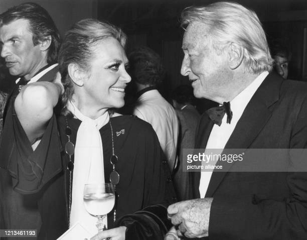 Schauspielerin und Sängerin Hildegard Knef und Bandleader Teddy Stauffer unterhalten sich am auf dem Mitternachtsempfang des Berliner Senats im...
