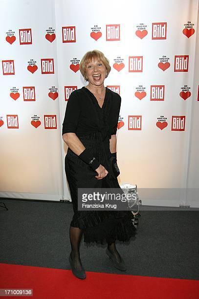 Schauspielerin Ursela Monn Bei Der Ankunft Zur Ein Herz Für Kinder Spendengala In Der Ullstein Halle In Berlin