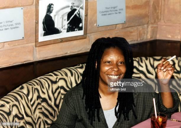 Schauspielerin USA im Planet Hollywood in Berlin mit Zigarette August 1997
