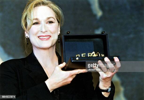 Schauspielerin USA Porträt hält die an sie verliehene 'BerlinaleKamera' auf den 49 Berliner Filmfestspielen