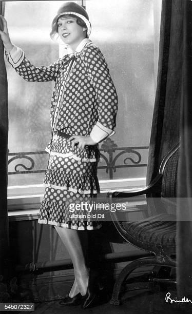 Schauspielerin USAin einem blauen Seidenkleid mit grossen weissen PunktenModell D'Oillet ParisFoto Atelier Bindererschienen Dame 22/1927
