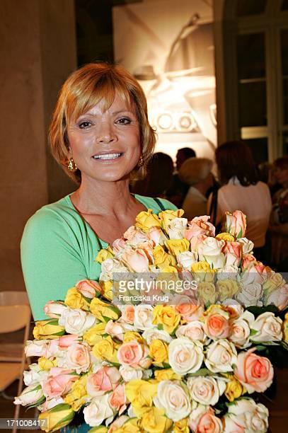 Schauspielerin Uschi Glas Mit Blumenstrauss Bei Der Gabriele Blachnik Modenschau Der Herbst Winter 2005/2006 Kollektion In Der Kassenhalle Des...