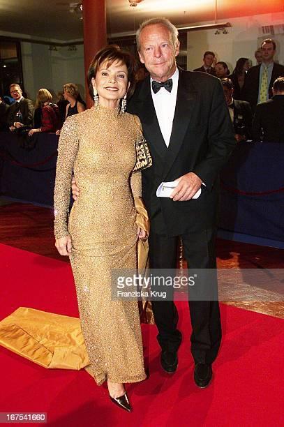 """Schauspielerin Uschi Glas Und Ehemann Bernd Tewaag Bei """"Bambi"""" 2001 Verleihung In Berlin"""