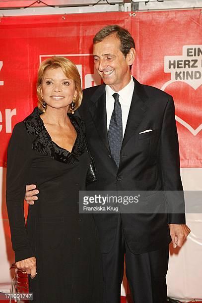 Schauspielerin Uschi Glas Und Ihr Ehemann Dieter Hermann Bei Der Ankunft Zur Ein Herz Für Kinder Spendengala In Der Ullstein Halle In Berlin