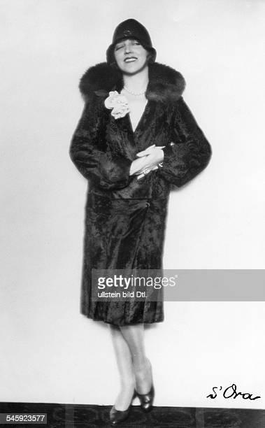 Schauspielerinin einem Breitschwanzmantel mit Kragen aus ZobelModell Penizek Rainererschienen Dame 25/1927Foto Madame d'Ora