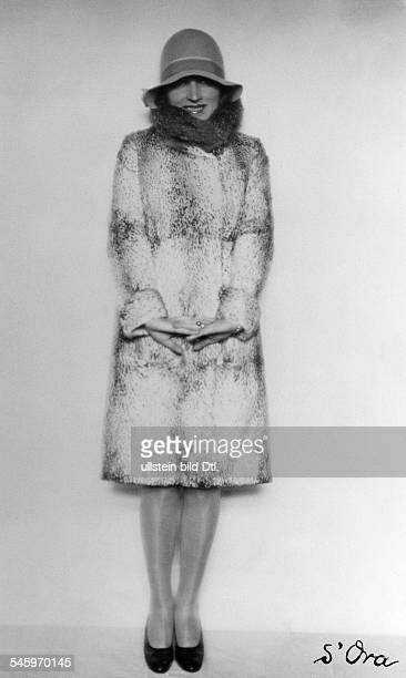 Schauspielerinin einem Sportmantel aus GazelleModell Penizek Ranieserschienen Dame 25/1927Foto Madame d'Ora