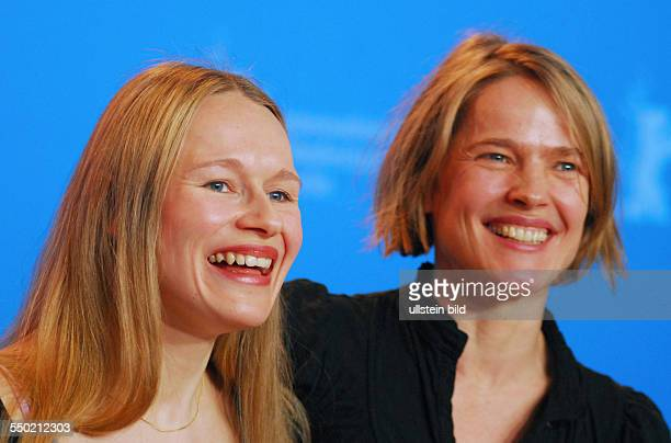Schauspielerinnen Anja Schneider und Karoline Eichhorn während der Präsentation des Films FERIEN auf den 57 Internationalen Filmfestspielen in Berlin