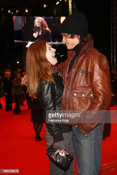 Schauspielerpaar Vinzenz Kiefer Und Josefine Preuss Bei Der 007 Ein Quantum Trost Premiere Im Cinestar Am Potsdamer Platz In Berlin Am 031108