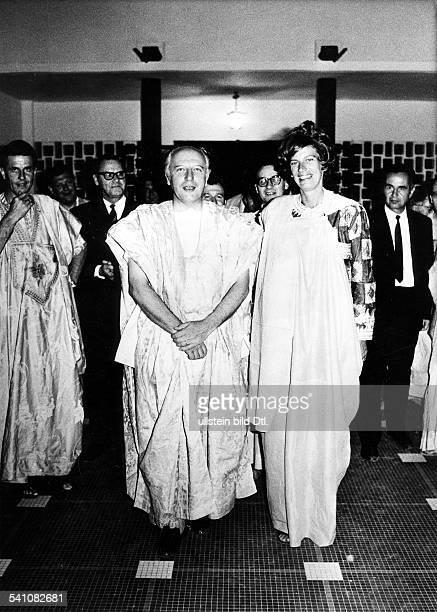 Scheel Walter *Politiker FDP DBundespraesident 19741979 mit Ehefrau Mildred in mauretanischer Tracht auf seiner AfrikaReise 1973