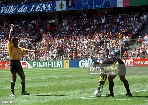 0 ACHTELFINALE Schiedsrichter Ali Mohamed BUJSAIM zeigt Torwart Jose Luis CHILAVERT die GELBE KARTE wegen Zeitspiels