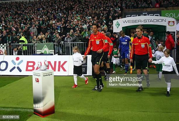 Schiedsrichter Deniz Aytekin nimmt den Ball vor den des Bundesligaspiel zwischen SV Werder Bremen Bayer Leverkusen im Weser Stadion am 27Februar 2011...