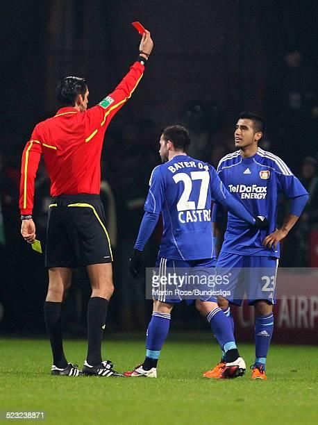 Schiedsrichter Deniz Aytekin zeigt Leverkusen's Arturo Vidal die rote Karte waehrend des Bundesligaspiels zwischen SV Werder Bremen Bayer Leverkusen...