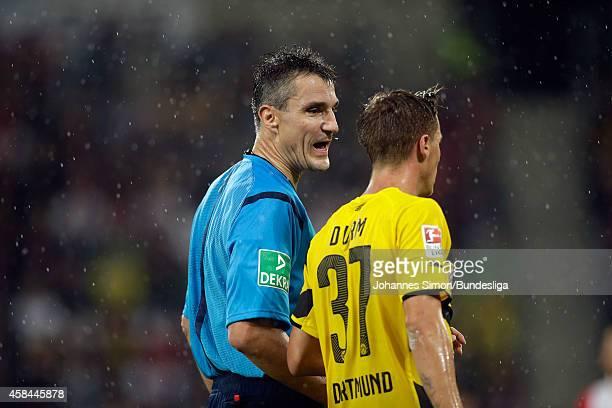 Schiedsrichter Knut Kircher spricht zu DortmundSpieler Erik Durm beim BundesligaSpiel FC Augsburg gegen Borussia Dortmund in der SGLArena am 2908...