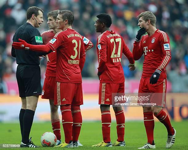 Schiedsrichter Markus Schmidt diskutiert mit den BayernSpielern Thomas Mueller Bastian Schweinsteiger David Alaba und Toni Kroos beim Bundesligaspiel...