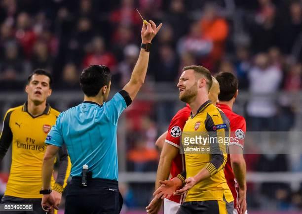 Schiedsrichter Milorad Mazic zeigt Shkodran Mustafi die Gelbe Karte waehrend dem Fussball UEFA Champions League 1/8 Final Spiel Bayern Muenchen gegen...