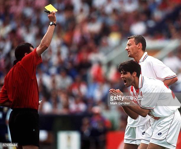 Bordeaux 260698 ARGENTINIEN KROATIEN 10 Schiedsrichter Said BELQOLA zeigt Aljosa ASANOVIC/CRO die GELBE KARTE