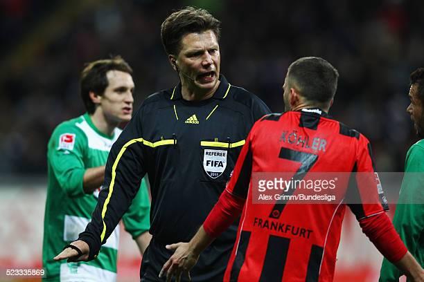 Schiedsrichter Thorsten Kinhoefer diskutiert mit Benjamin Koehler waehrend des Spiels der 2 Bundesliga zwischen Eintracht Frankfurt und SpVgg...
