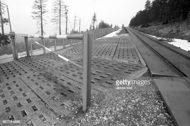 Schienen zum Brocken gesäumt von Streckmetallzaun der innedeutschen Grenze aufgenommen imMärz 1990 Der Brocken im Harz war bis zur deutschen Einheit...